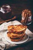 Pains grillés français du plat blanc photographie stock