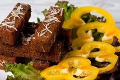 Pains grillés frits avec du fromage, l'ail et les épices image stock