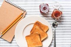 Pains grillés frits de plat pour le petit déjeuner Image libre de droits