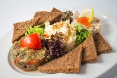 Pains grillés rôtis avec la pâte d'aubergine et le caviar rouge image stock