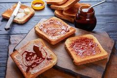 Pains grillés savoureux avec l'extrait de beurre et de levure images stock