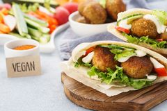 Pains pitas avec le falafel, les bâtons de légume frais et la sauce image libre de droits