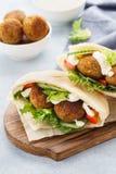 Pains pitas avec le falafel, les légumes frais et la sauce photos stock