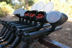 Paintball-Gewehren in einer Reihe Lizenzfreies Stockfoto