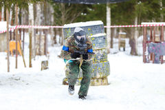 Paintball i vinter Kall skytt på en körning Royaltyfria Foton