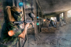 Paintball mitt emot lag Royaltyfri Foto
