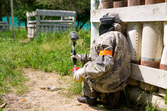 Paintball sport player. Hides in shelter Royalty Free Stock Photos
