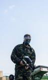Paintballer que se coloca en campo de batalla Fotografía de archivo
