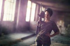 Paintballkvinna med markörvapnet royaltyfri bild