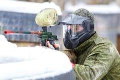 Paintballlek i vinter Kall skytt bak befästning Royaltyfria Foton