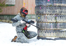 Paintballlek i vinter Kall skytt bak befästning Royaltyfri Fotografi
