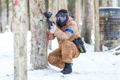 Paintballlek i vinter Kall skytt bak befästning Arkivfoton