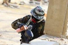 Paintballspelare som lägger tillbaka ett gevär Royaltyfria Foton