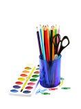 Paintbox und farbige Bleistifte Stockfoto