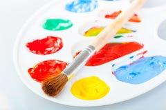 paintbrush лежит на палитре Стоковые Изображения