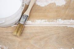 Paintbrush и консервная банка с белой краской на досках Подготовка для крася доск стоковые изображения