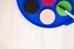 Paintbrush и краска на деревянной предпосылке Стоковая Фотография RF