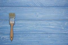 Paintbrush на голубой деревенской предпосылке Стоковые Фото