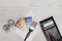 Paintbrush, ролик, образцы, чонсервные банкы краски, и светокопии сверх Стоковая Фотография RF