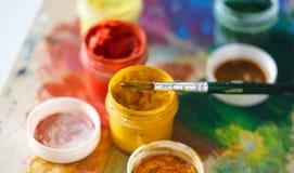 Paintbrush i wiele otwarci słoje guasz na desce zdjęcia royalty free