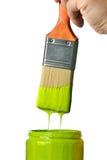 Paintbrush med genomblöt grön målarfärg Royaltyfria Foton