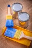 Paintbrush na farby tacy i puszki budowie Fotografia Stock