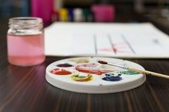 Paintbrush na kolor palety tle Fotografia Royalty Free