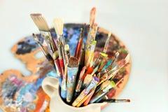 Paintbrushes и палитра художника стоковое изображение rf