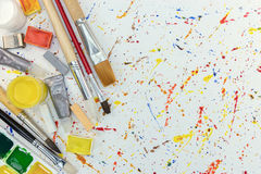 Paintbrushes, akwarela i kredki na kolorowym farb kropel bac, Fotografia Royalty Free
