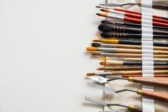 Paintbrushes i palet knifes w tkaninie niosą torbę Obraz Stock
