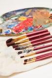 Paintbrushes och målare palett Arkivfoto