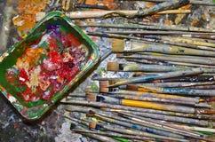 Paintbrushes och färger Royaltyfri Bild