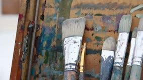 Paintbrushes przy sztalugą Panoramiczny strzał zbiory