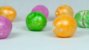 Painted färgade ägg efter påsklek under Pascha eller uppståndelsen söndag, bruten äggskal stock video