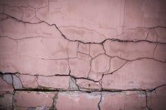 Painted ha sopravvissuto la parete strutturata incrinata con la scenetta fondo, esteriore fotografie stock