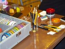 Painter& de trabajo x27 del artista de maquillaje del pintor del pintor del juego de herramientas; pintor de s con colores brilla foto de archivo libre de regalías