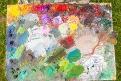 Painter& x27; s-hjälpmedel och palett utomhus arkivfoton