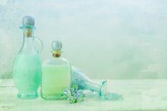 Painterly Flaschen Badeöl stockfotos
