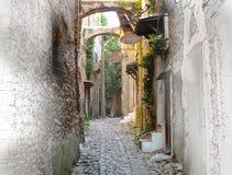 Painterly wersja Malutka ulica w Bussana Vecchia, Włochy zdjęcia stock