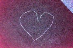 Paintet de coeur sur la rue avec les lignes blanches de plancher rouge de craie Images libres de droits