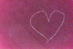 Paintet de coeur sur la rue avec les lignes blanches de plancher rouge de craie Image libre de droits