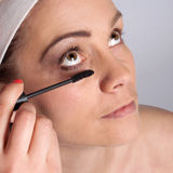 Painting of women eyelashes using mascara Royalty Free Stock Photos