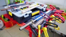 Paintless-Einbuchtungs-Reparatur Clip für Autoreparatur in der Werkstatt Gegenstand, Reparatur, Verlegenheit, Werkzeuge, lokalisi stock footage
