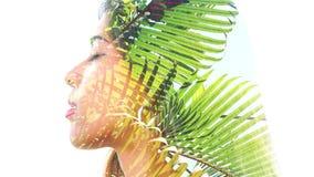 Paintography Het dubbele Blootstellingsportret van een jonge mooie vrouw combineerde met hand getrokken inkt schilderend het gecr stock video