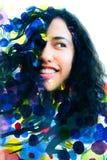 Paintography, portrait d'un jeune wom ethnique d'une chevelure bouclé joyeux Photos stock