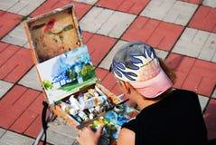 Paintor en el trabajo, él pinta la trinidad Sergius Lavra, Rusia Fotos de archivo