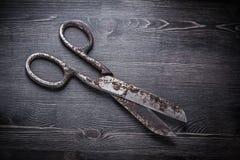 Paio di forbici arrugginito d'annata sul bordo di legno Fotografia Stock