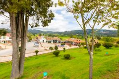 Paipa-Dorf nahe dem Pantano von Vargas-Monument stockfotos