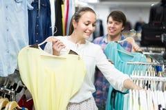 Pair chooses clothes at the store Royalty Free Stock Photos