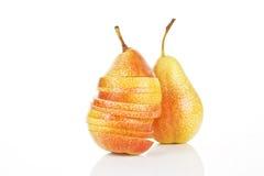 Pair délicieux en parts et poire entière. image libre de droits